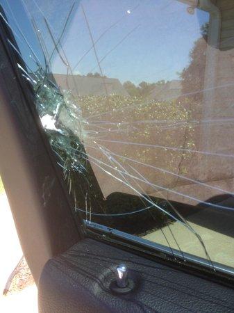 La Quinta Inn & Suites Atlanta Airport South: Car Breakin. Window shattered