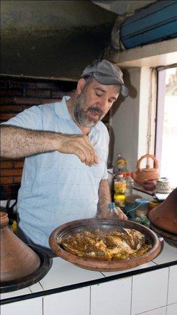 Chez hosni : Hosni bereidt een vistajine