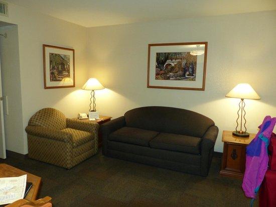 Chaparral Suites Scottsdale: Chaparral Suites -- sitting room