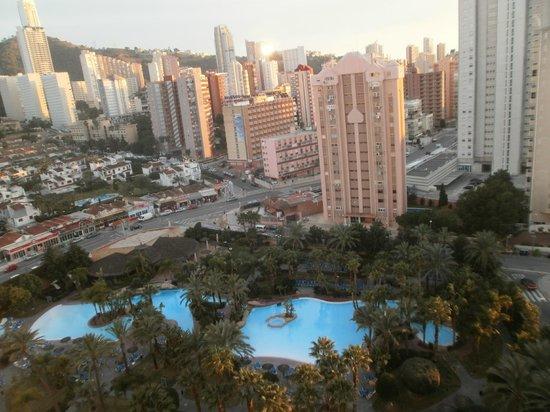 Melia Benidorm : Utsikten från rummet där man ser poolerna och andra hotell samt stranden.