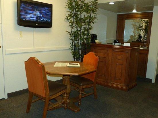 Chaparral Suites Scottsdale: Chaparral Suites -- wet bar & eating area