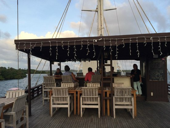 "Manta Ray Bay Resort: The ""Mnuw"" bar/outside dining area"