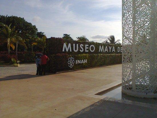 Museo Maya de Cancun : fachada do museo