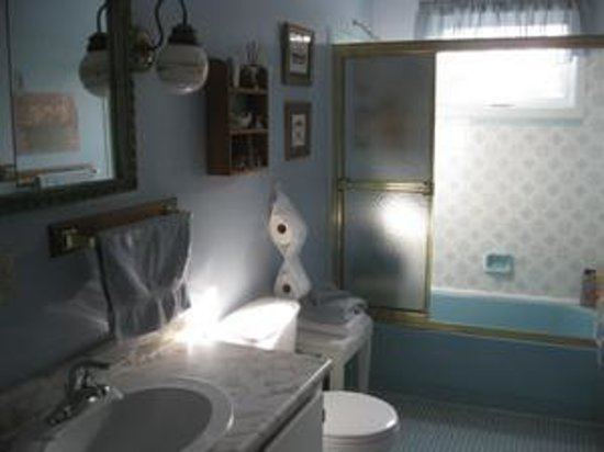 Country Cozy Bed & Breakfast: Sunrise Room ensuite bathroom.