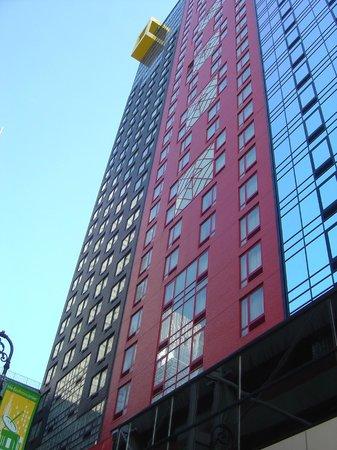 Four Points by Sheraton Midtown - Times Square: Prédio visto pelo lado de fora