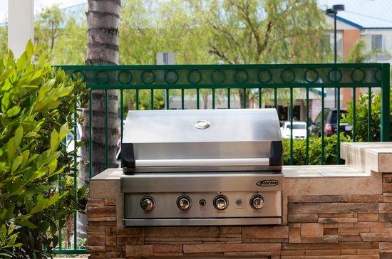 Residence Inn Santa Clarita Valencia: Patio/ Pool BBQ