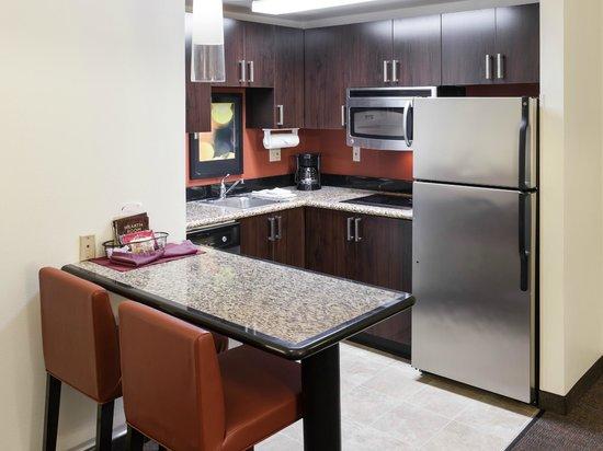 Residence Inn Santa Clarita Valencia: Suite Kitchen
