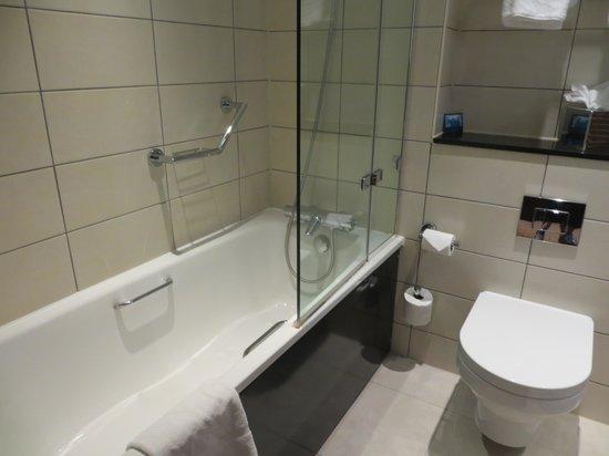 Hilton Bath City : Bath in twin room
