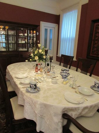 Woodfield Bed & Breakfast: The charming dining room for breakfast