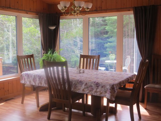 Country Cozy Bed & Breakfast: Dining Area.