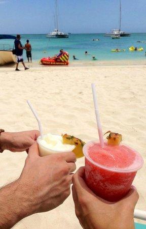Hyatt Regency Aruba Resort and Casino: Enjoying a drink on the beautiful beach!