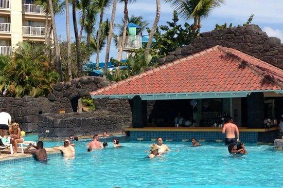 Hyatt Regency Aruba Resort and Casino: The swim up pool bar.