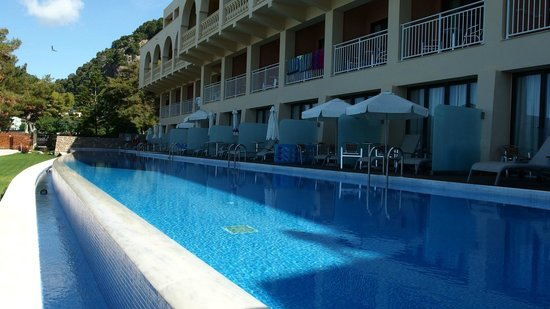 Glyfada, Greece: swim  up  rooms