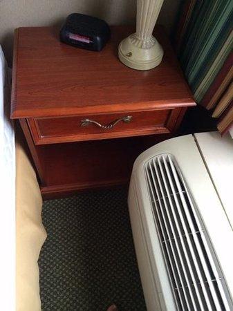 Holiday Inn Express Richmond Mechanicsville : Cannot use drawer.