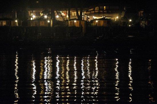 La Bussola: Vista notturna della struttura