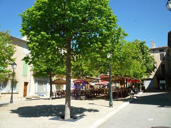 Le louvre: Outside tables in le Place du Marche