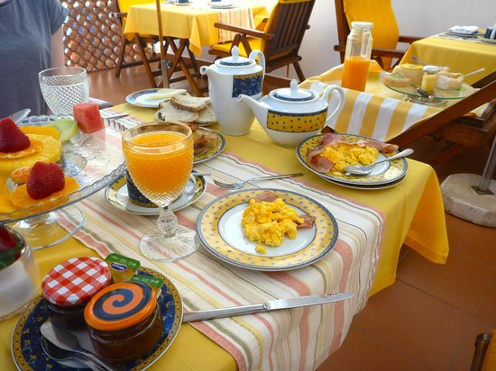 Casa do Adro: Gargantuan breakfast on sunny terrace