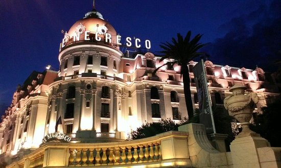 Hotel Negresco: The hotel at night