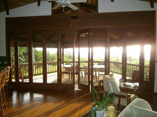 Kealakekua Bay Bed & Breakfast : View from inside, looking out on breakfast lanai