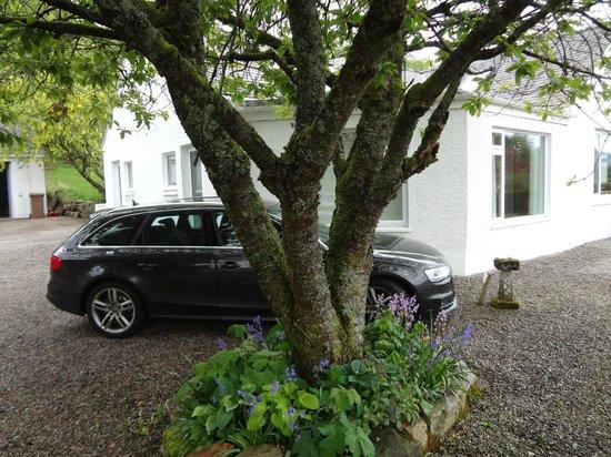 Huntingtower Lodge: Coche estacionado al lado de la puerta