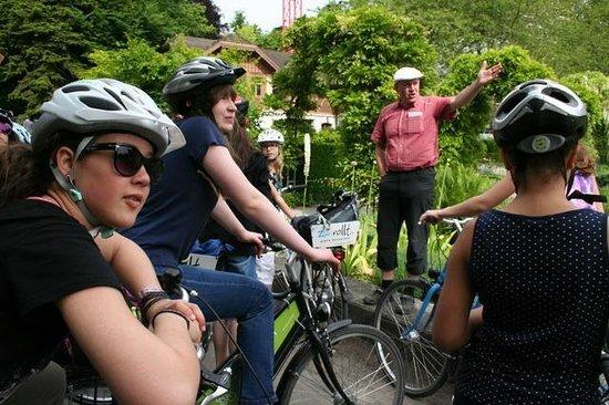 Toptrek Touren : Die Jugendlichen hören aufmerksam zu.
