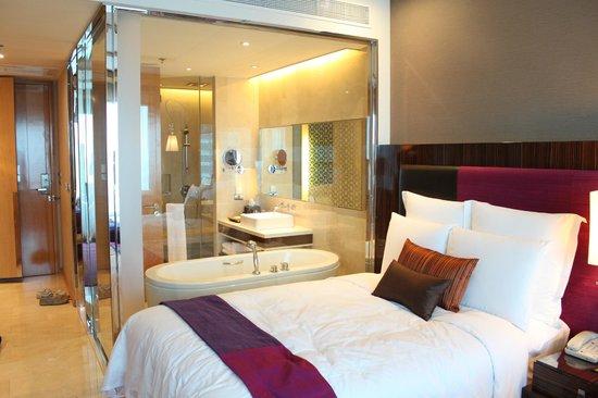 Renaissance Bangkok Ratchaprasong Hotel: ガラス張りのバスルーム