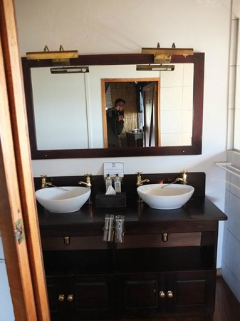 Xugana Island Lodge: Brass fixtures and double sinks