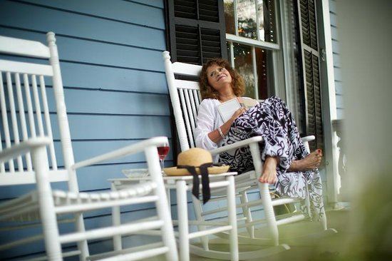 Cooper's Landing Inn: Read a Book on the front Porch!