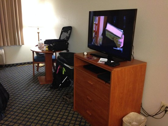Ramada Marina: Dresser, Table, TV