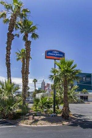 Howard Johnson on East Tropicana, Las Vegas Near the Strip: Exterior Shot