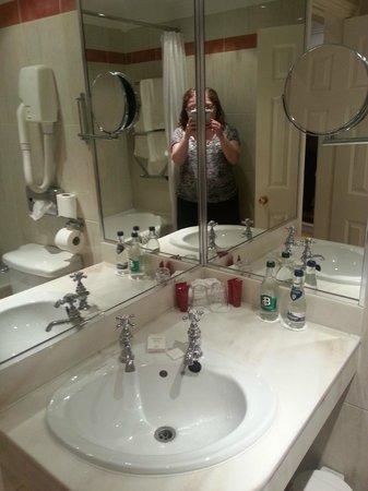 Granville Hotel: Compact but beautiful bathroom
