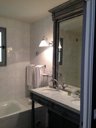 Hotel Des Pins : comfortable bathroom