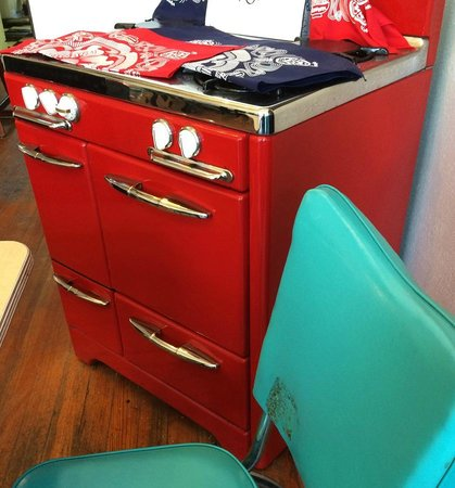 Kusaka Japanese Restaurant: Retro stove in the dining room