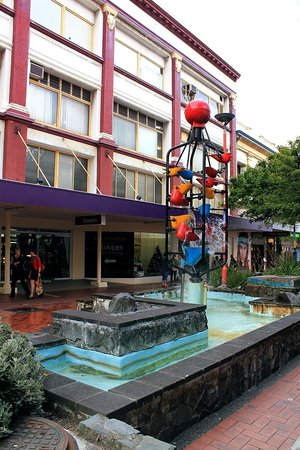 Cuba Street District: Bucket fountain in Cuba Street