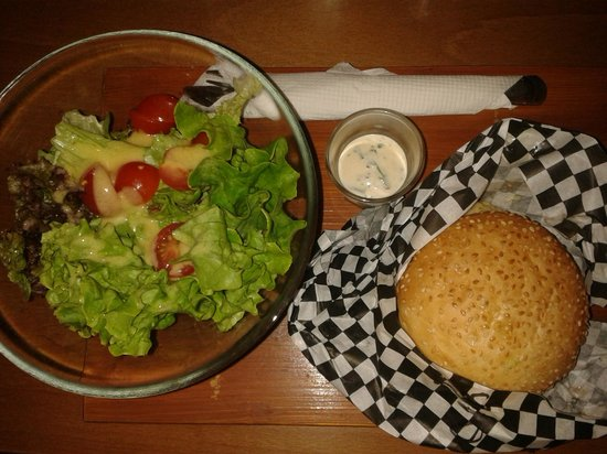 Bun's: Salad as side dish