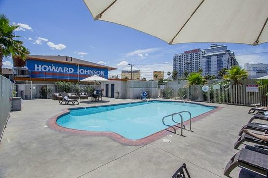 pool picture of howard johnson by wyndham las vegas near. Black Bedroom Furniture Sets. Home Design Ideas