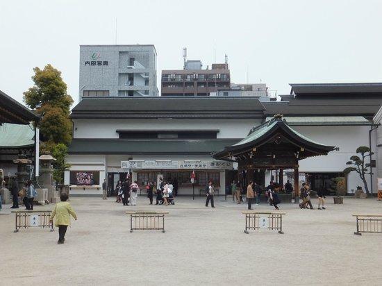 Osaka Tenmangu Shrine: prayers & tourists