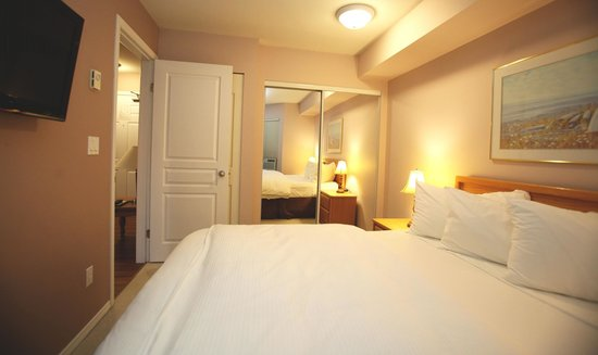 Times Square Suites Hotel: Separate bedroom with queen size bed