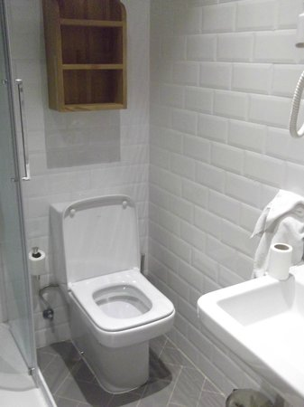Casa Gracia Barcelona Hostel: bathroom room 216