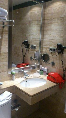 H10 Universitat Hotel: Banheiro