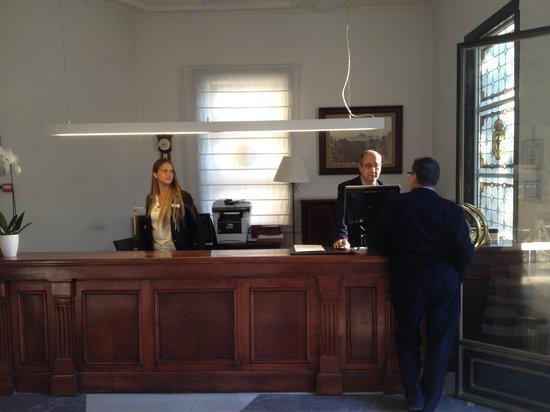 El Escorial Victoria Palace: Front desk