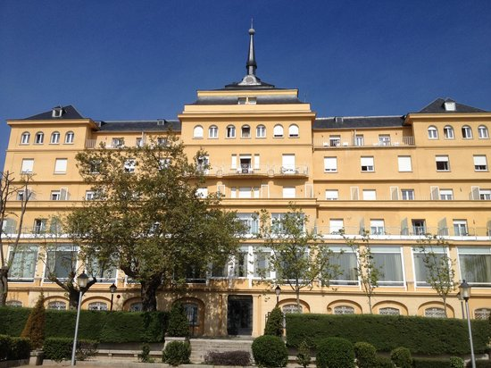 El Escorial Victoria Palace: Rear of hotel from the park