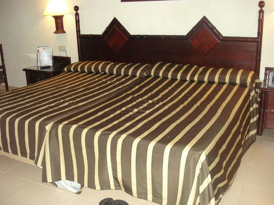 ClubHotel Riu Bambu: Joke of a KING size bed (2 doubles pushed together)