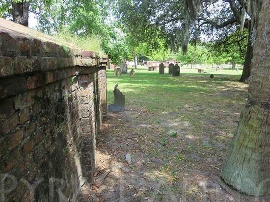 Colonial Park Cemetery: A more open area of the cemetery from behind a raised one