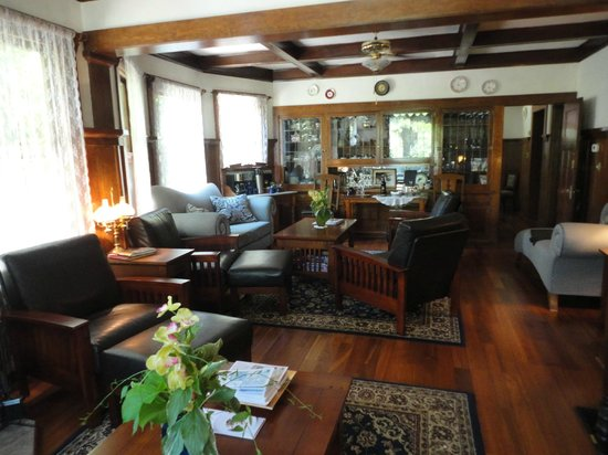 Wine Way Inn : Living area. Coffee/Tea is served at 7:30 daily. :)