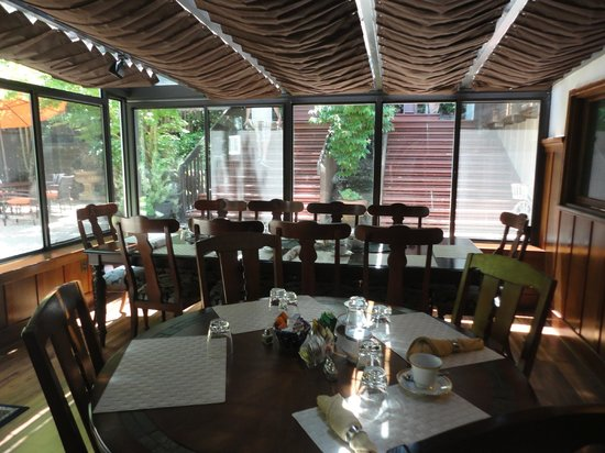 Wine Way Inn : Sunroom facing the beautiful gardens