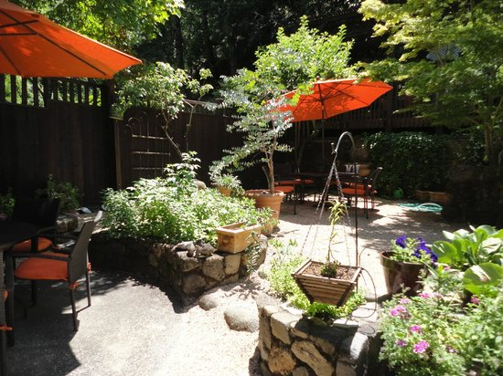 Wine Way Inn: Beautiful outdoor areas.