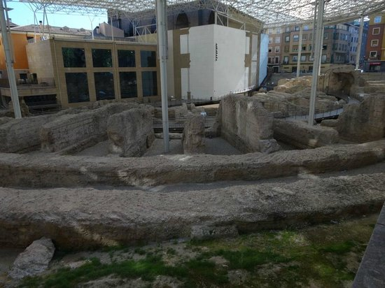 Museo del Teatro Romano de Caesaraugusta: This is what you can see from the street