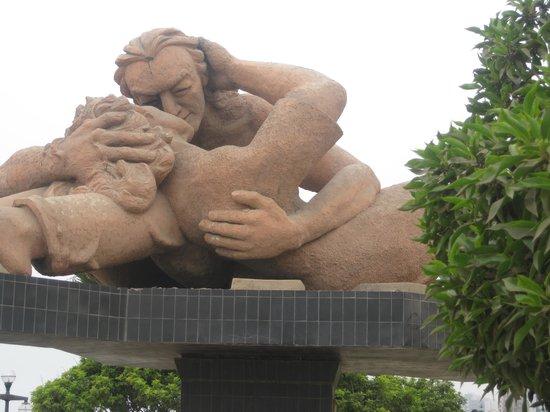 Malecón de Miraflores: Kissing statue
