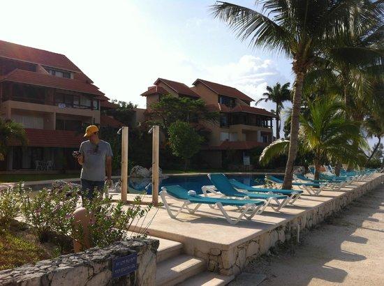 Chac Hal Al Condominiums: Pool closest to H building